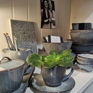 Küche & gedeckter Tisch